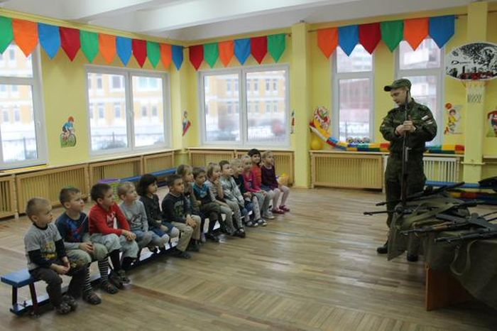 В детском саду Санкт-Петербурга детей учат навыкам обращения с оружием (1)