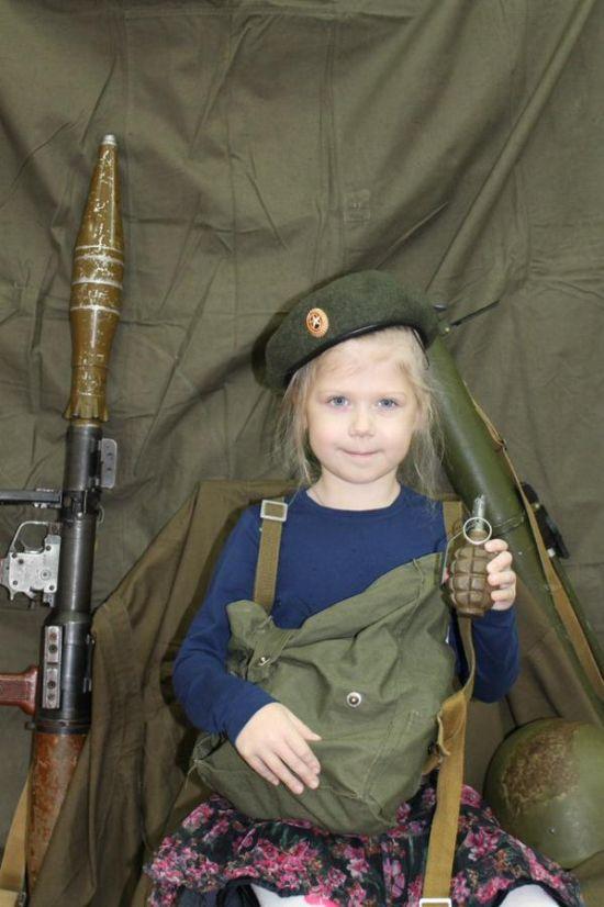 В детском саду Санкт-Петербурга детей учат навыкам обращения с оружием (4)