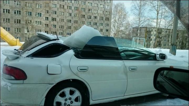 Глыба льда проломила крышу автомобиля (1)