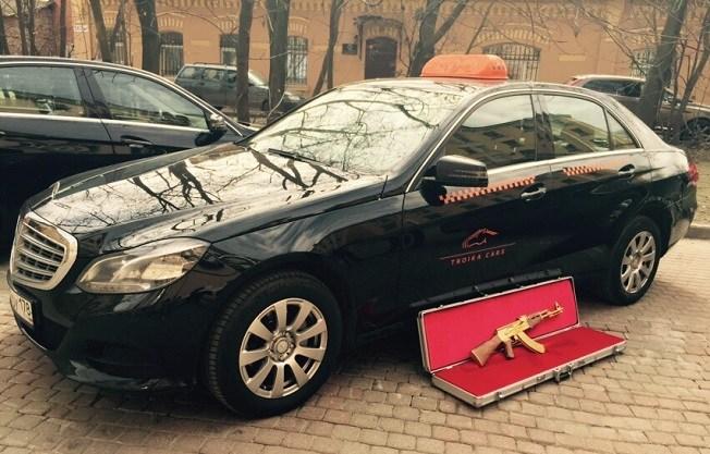 В Петербурге клиент такси забыл в машине… золотой автомат! (3)