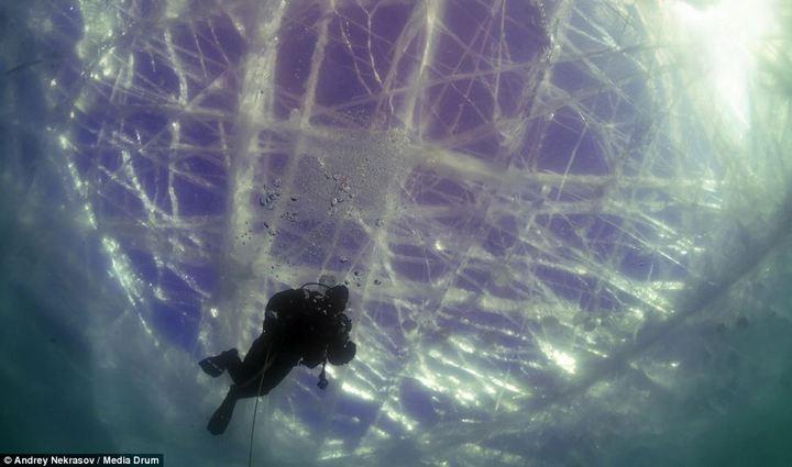 Погружение под лед озера Байкал (3)