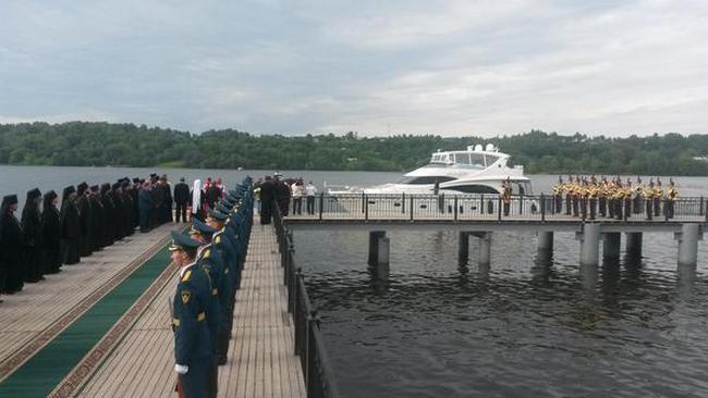 Патриарх Кирилл приехал в Плес на собственной яхте
