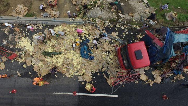 В Китае опрокинулся грузовик с цыплятами (1)
