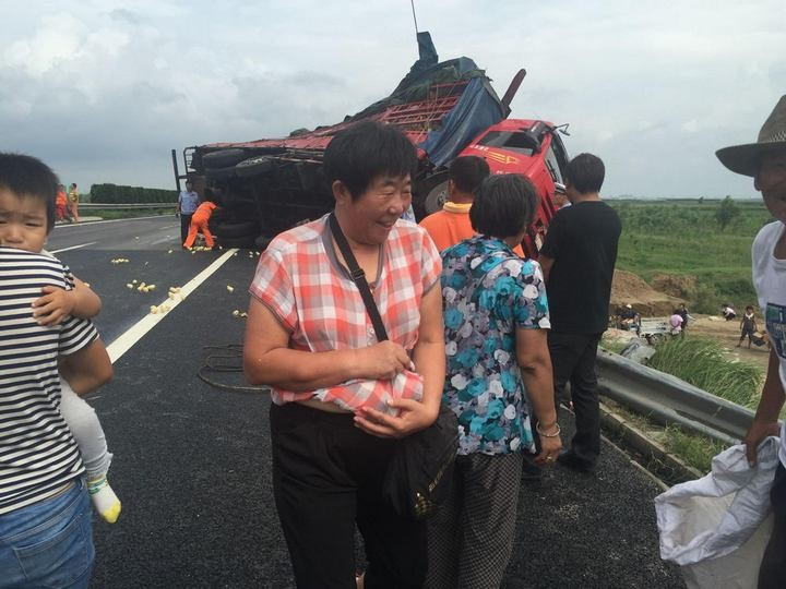 В Китае опрокинулся грузовик с цыплятами (4)