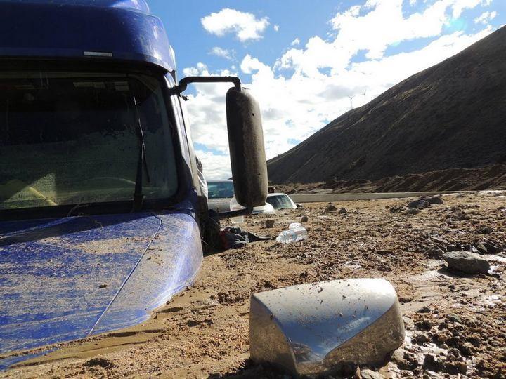 Застрявшие автомобили в селевых потоках на дорогах Калифорнии (6)