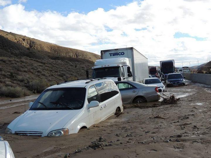 Застрявшие автомобили в селевых потоках на дорогах Калифорнии (2)