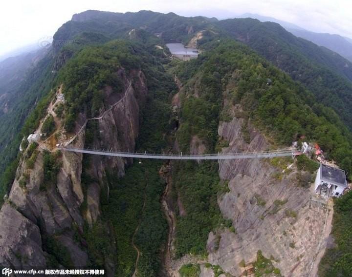 Подвесной мост со стеклянным полом длиной в 300 метров (10)