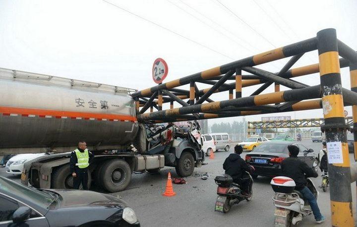 В Китае бензовоз врезался в ограничитель высоты (1)