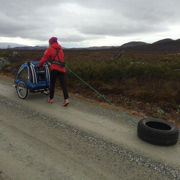 Норвежская биатлонистка Тура Бергер гуляет с ребёнком