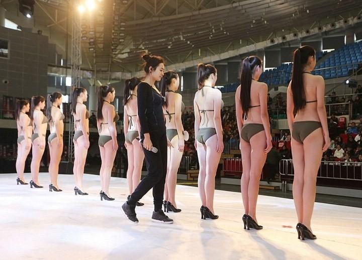 Как отбирают стюардесс в Китае (5)