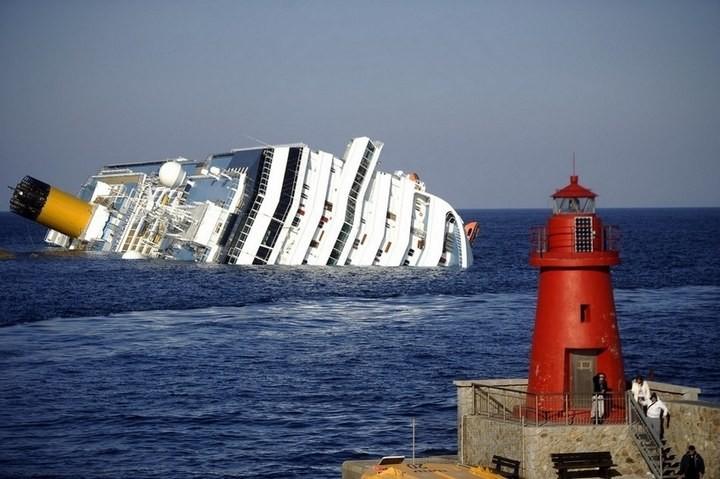 Лайнер Costa Concordia после крушения (1)