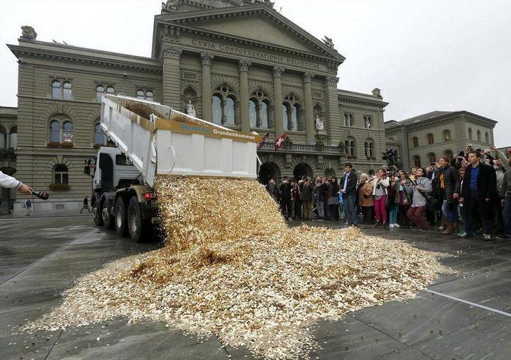 На площадь в Швейцарии привезли целый самосвал монет (1)