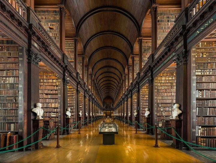 главный зал старой библиотеки в Тринити-колледже (Trinity College)