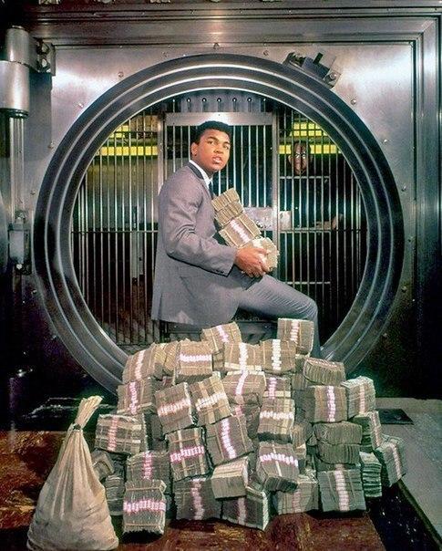 Мохаммед Али забирает выигрыш после боя с Форманом в 1974 году. Мохаммед получил почти 5,5 млн долларов.