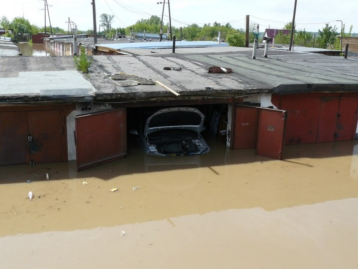 Как спасали автомобили из затопленных гаражей (1)