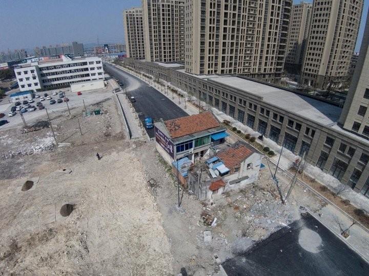 Дома в Китае, ставшие на пути строителей (7)