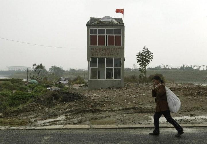 Дома в Китае, ставшие на пути строителей (17)