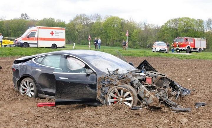 Tesla Model S после сильного ДТП (1)