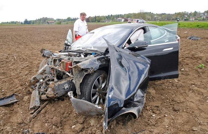 Tesla Model S после сильного ДТП (5)