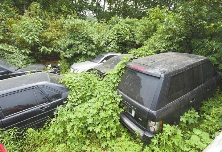 Необычная парковка, где криминалитет и богачи бросают свои тачки (1)