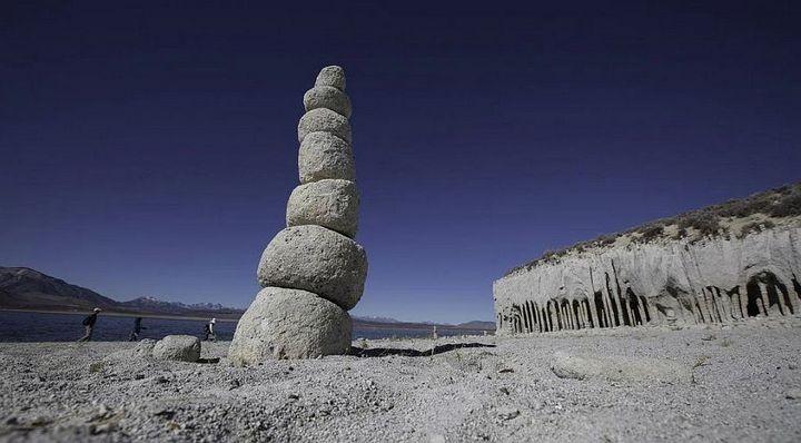 Таинственные каменные колонны озера Кроули в Калифорнии, США (10)
