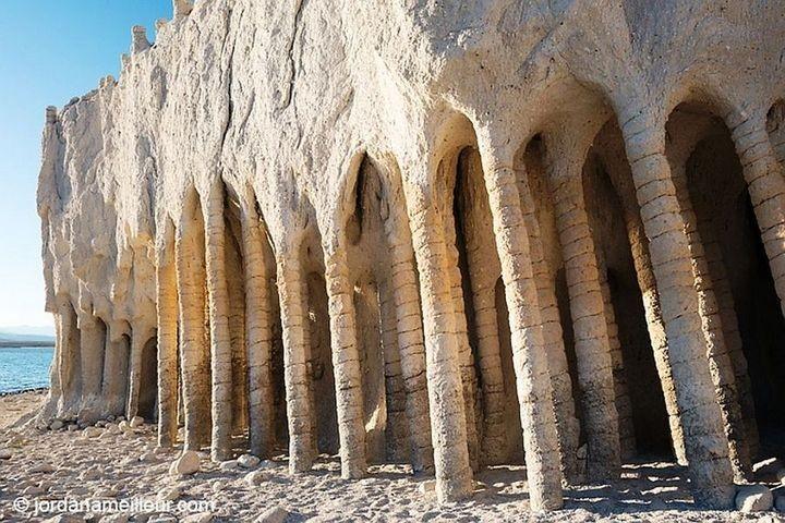 Таинственные каменные колонны озера Кроули в Калифорнии, США (11)