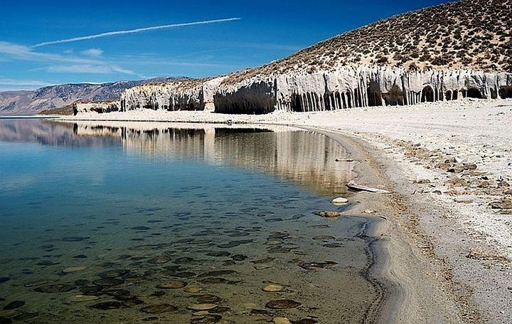 Таинственные каменные колонны озера Кроули в Калифорнии, США (2)