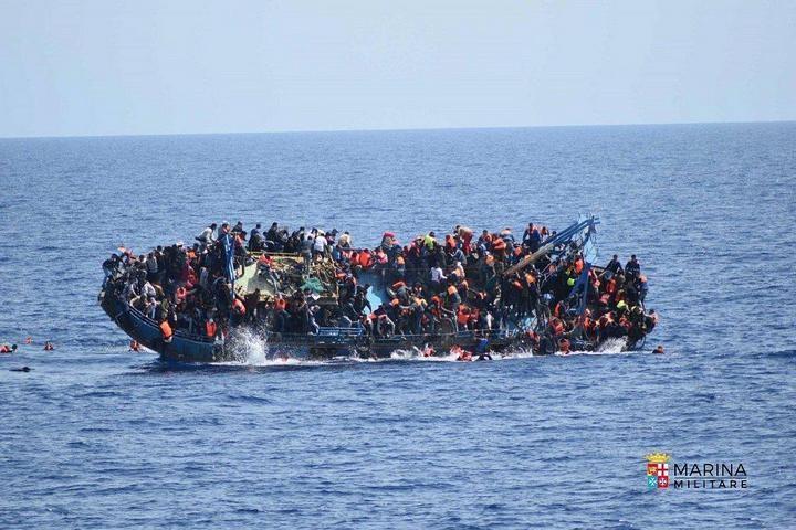 ВМС Италии сняли момент опрокидывания лодки с мигрантами (2)