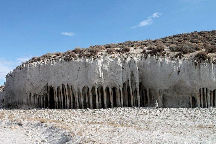 Таинственные каменные колонны озера Кроули в Калифорнии, США (3)