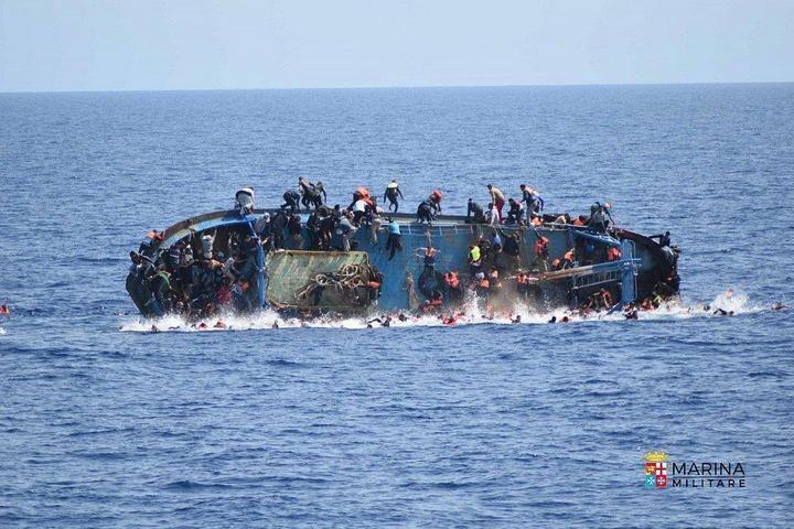 ВМС Италии сняли момент опрокидывания лодки с мигрантами (3)