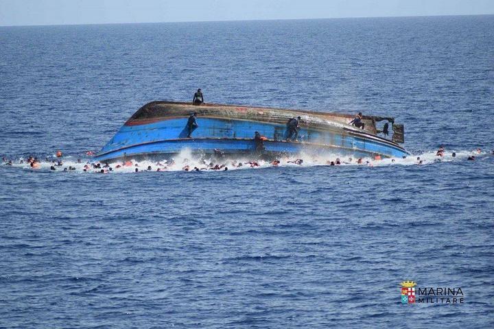 ВМС Италии сняли момент опрокидывания лодки с мигрантами (4)