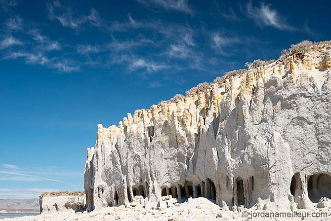 Таинственные каменные колонны озера Кроули в Калифорнии, США (4)