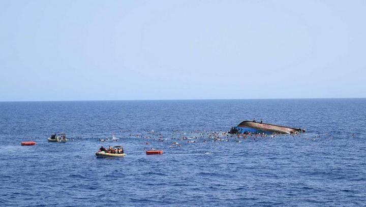 ВМС Италии сняли момент опрокидывания лодки с мигрантами (5)
