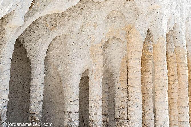 Таинственные каменные колонны озера Кроули в Калифорнии, США (5)