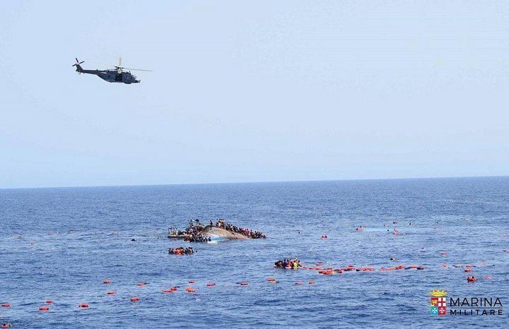 ВМС Италии сняли момент опрокидывания лодки с мигрантами (6)