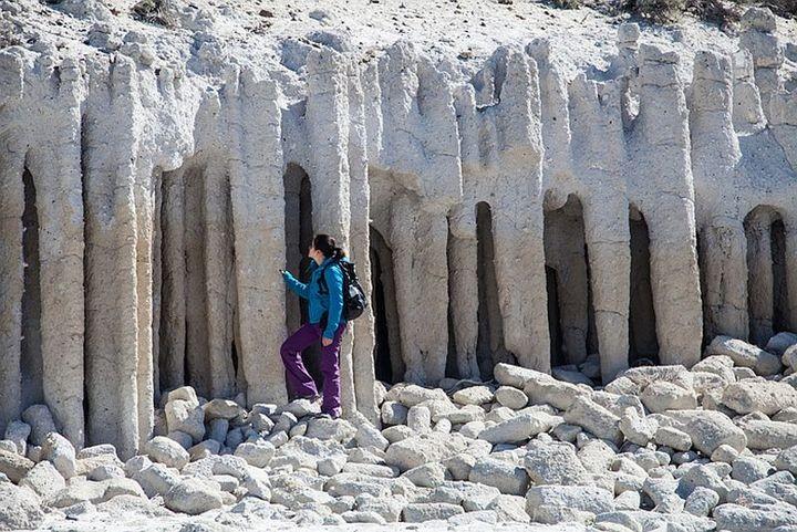 Таинственные каменные колонны озера Кроули в Калифорнии, США (8)