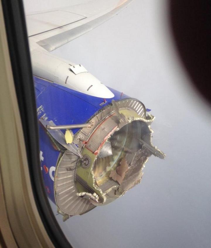 На пассажирском самолете произошло разрушение двигателя прямо во время полета (1)