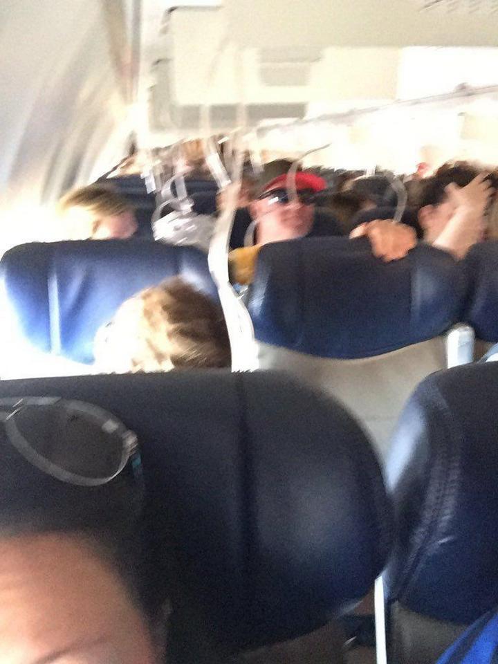 На пассажирском самолете произошло разрушение двигателя прямо во время полета (2)