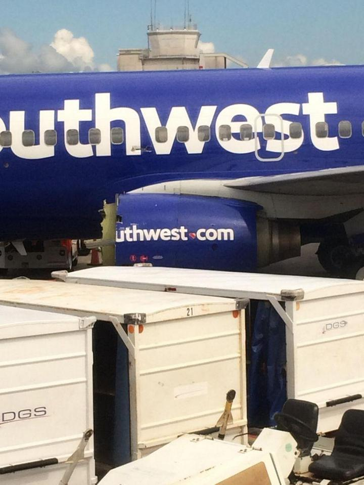 На пассажирском самолете произошло разрушение двигателя прямо во время полета (4)