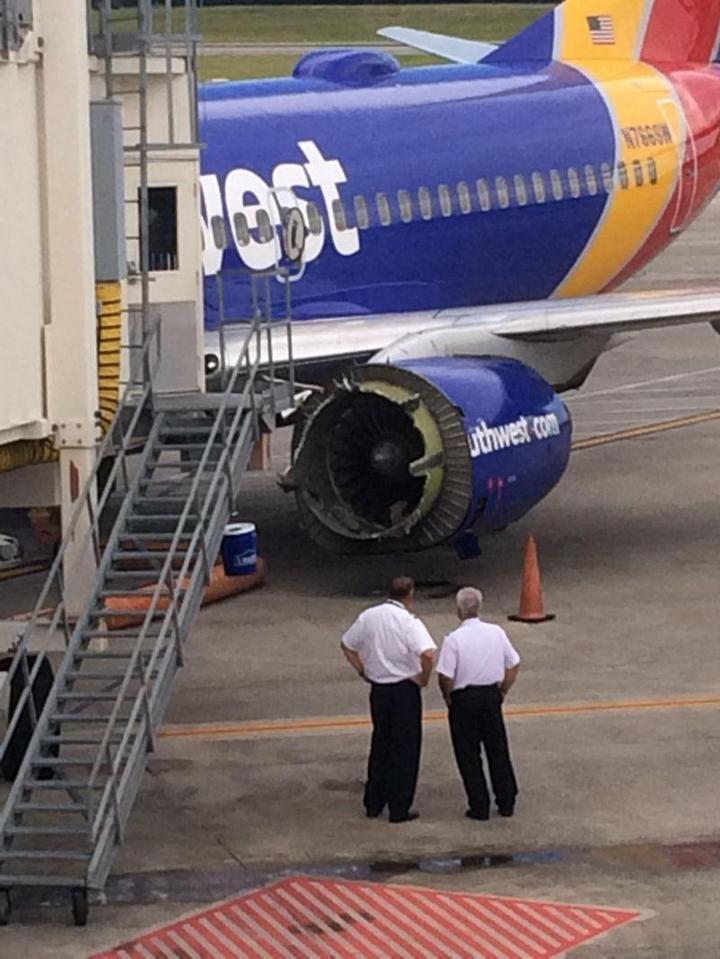 На пассажирском самолете произошло разрушение двигателя прямо во время полета (5)