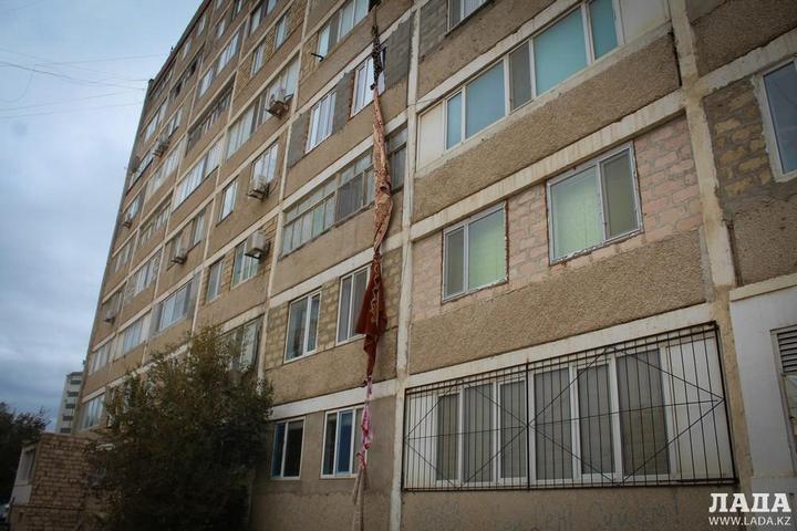 В Казахстане вор сбежал из квартиры с помощью верёвки из ковров (1)