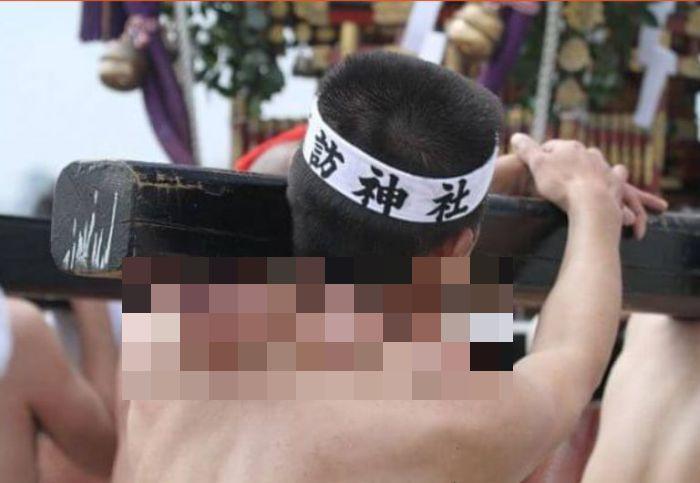 Как выглядят плечи носителей святынь японского фестиваля (1)