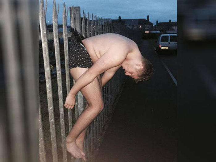 Пьяный парень стал объектом фотожаб (1)