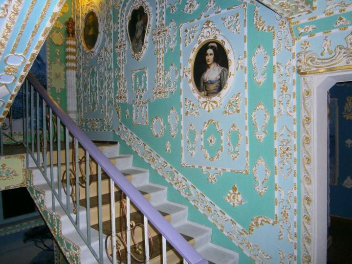 Пенсионер из Киева превратил подъезд в Версаль (1)