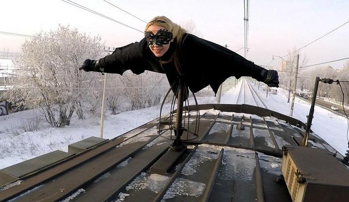 Kobzarro — девушка, которая летает на крыше московских поездов в час пик (1)