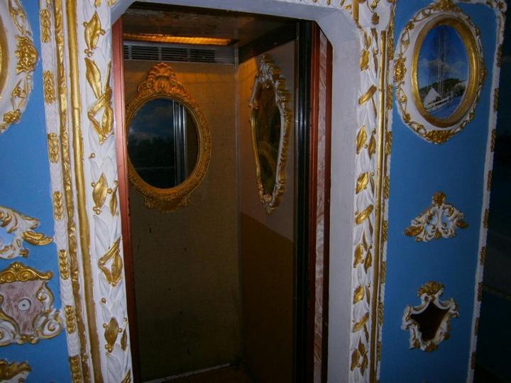 Пенсионер из Киева превратил подъезд в Версаль (4)