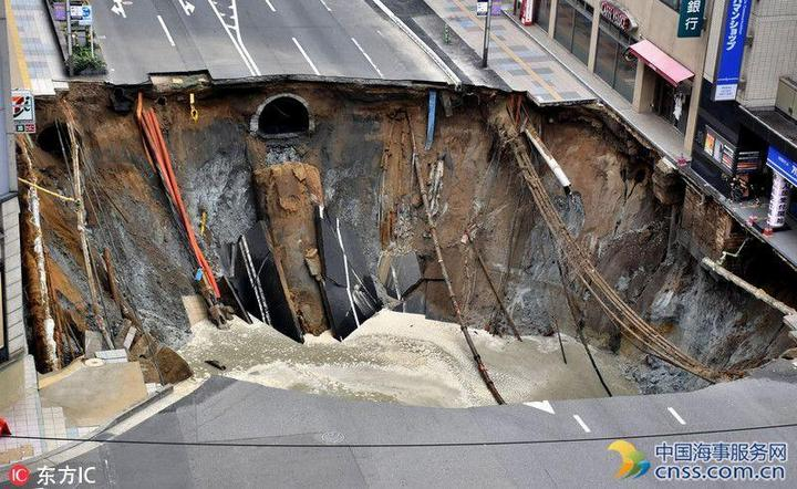В Японии под землю провалился 30-метровый участок дороги (5)