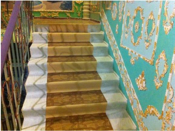 Пенсионер из Киева превратил подъезд в Версаль (5)