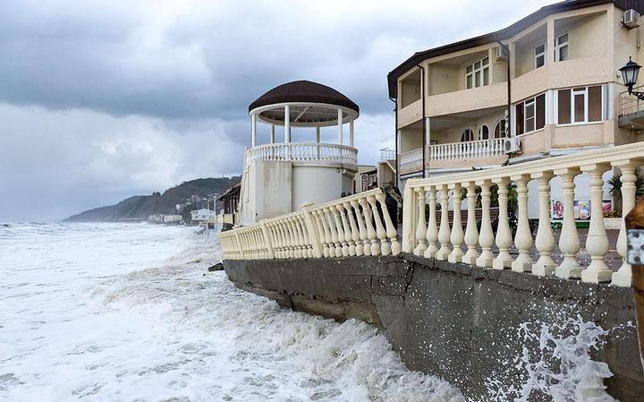 Недавно построенная набережная в Лоо не выдержала ударов штормовых волн (1)