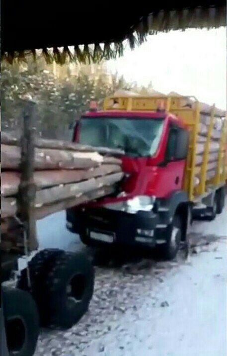 Необычное ДТП с лесовозом (2)